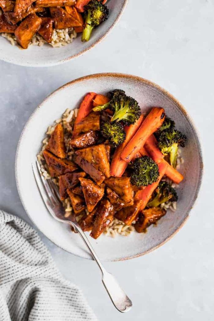 Orange tempeh with carrots and broccoli